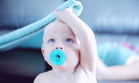 タオルを持った赤ちゃん
