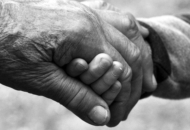『アルツハイマー型認知症』について知っておくべき症状を解説  老人の手